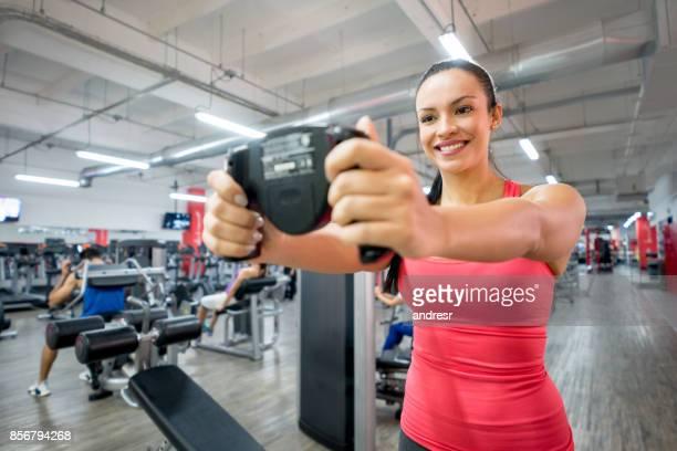 Frau in der Turnhalle immer gemessen an einer Body-scanner