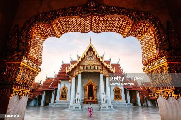 woman at the marble temple, bangkok, thailand - buddhismus stock-fotos und bilder