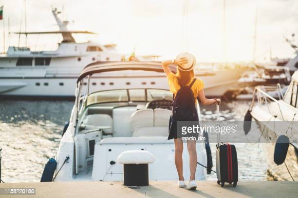 mujer en el puerto deportivo lista para navegar con yate - puerto deportivo puerto fotografías e imágenes de stock