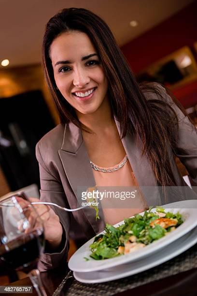 Frau im restaurant