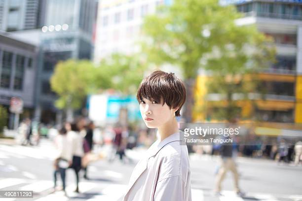 woman at the scramble intersection - セレクティブフォーカス ストックフォトと画像