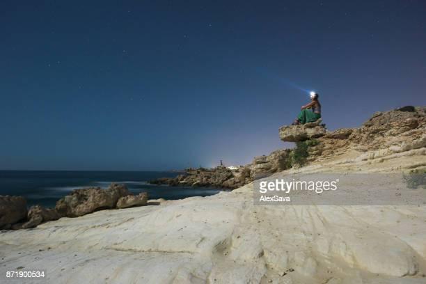 Frau am Meer senden blinkt bis in den Himmel