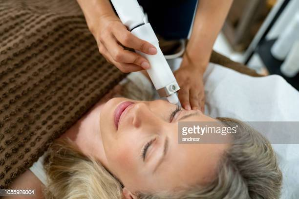 woman at the spa getting a facial - laser stock pictures, royalty-free photos & images