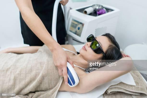 mujer en el spa para depilación láser - depilacion laser fotografías e imágenes de stock