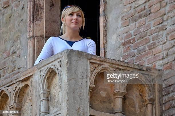 mujer en verona - romeo y julieta obra reconocida fotografías e imágenes de stock