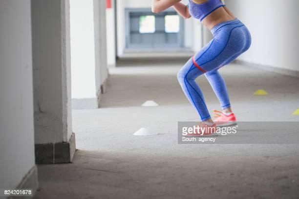 sportlerin, die das training mit gummiband - gummihose stock-fotos und bilder