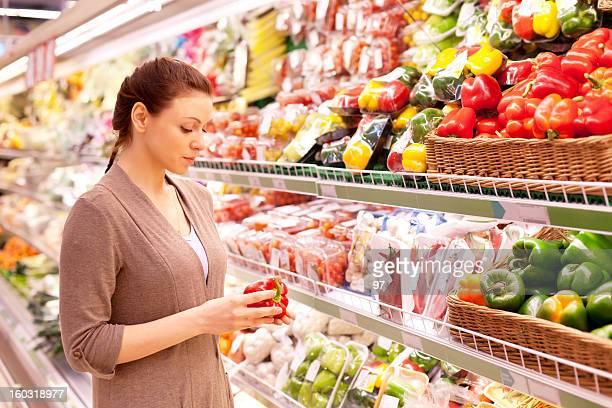 Femme choisit Production de supermarché