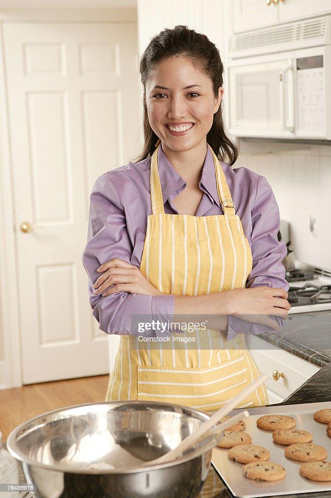 Woman baking cookies : Stockfoto