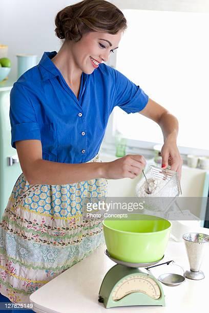 Femme Faire cuire au four dans la cuisine