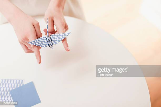 Frau balancing origami-Vogel auf Finger