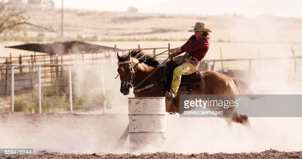 mulher barril corridas no rodeio. - cavalo família do cavalo - fotografias e filmes do acervo