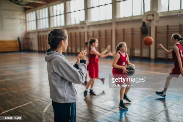 basketballtrainer beim training mit ihren spielern - ball passen stock-fotos und bilder