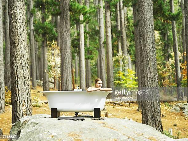 Eine Frau Baden im Freien in the woods