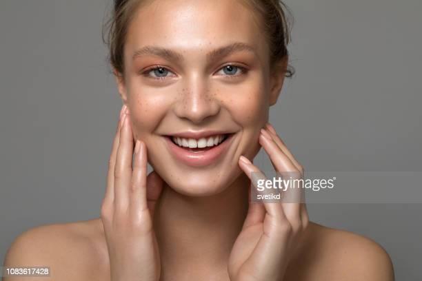 bellezza femminile - occhi azzurri foto e immagini stock
