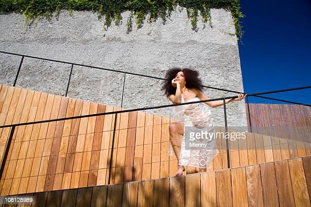 mulher de moda beleza e arquitetura moderna - calcinha transparente - fotografias e filmes do acervo