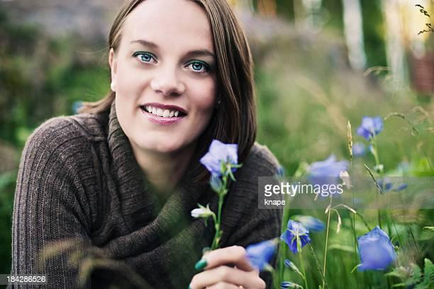 bluebells femme à côté - brune aux yeux bleus photos et images de collection