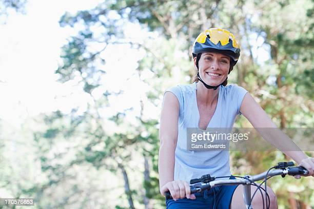 Mulher, andar de bicicleta na floresta