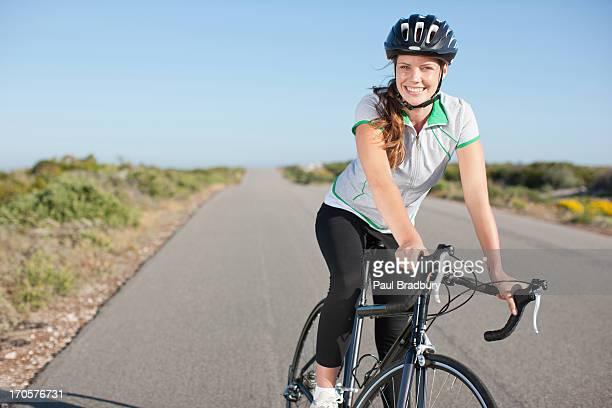 Bicicleta de equitação mulher em zonas remotas