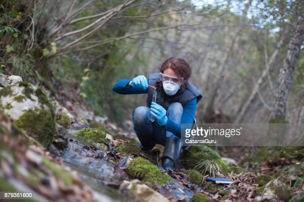 Biologische onderzoeker vrouw een Plant monster nemen uit Water
