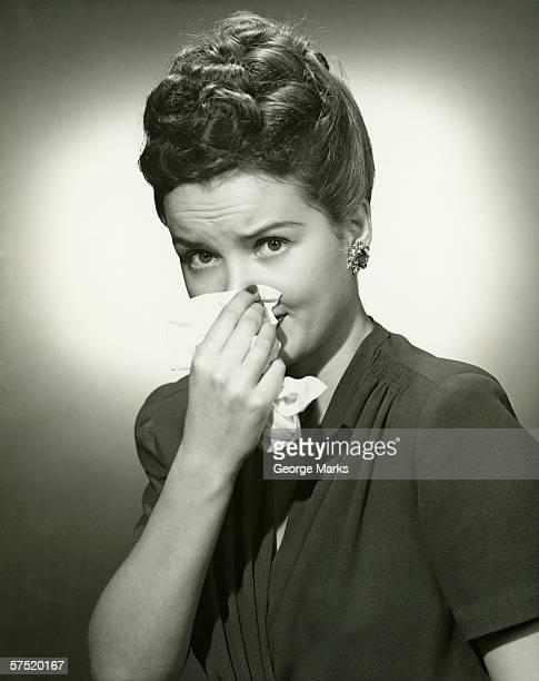 女性の鼻をかむの組織スタジオ、(B &W )、ポートレート