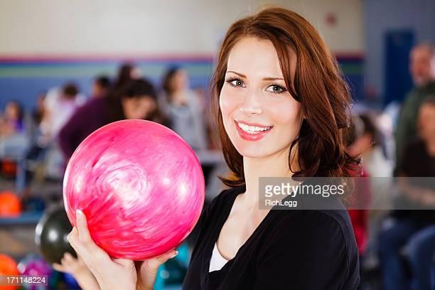 女性のボーリング - ボーリング場 ストックフォトと画像