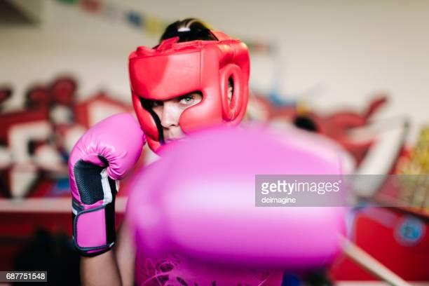 vrouw bokser camera kijken - hoofddeksel stockfoto's en -beelden