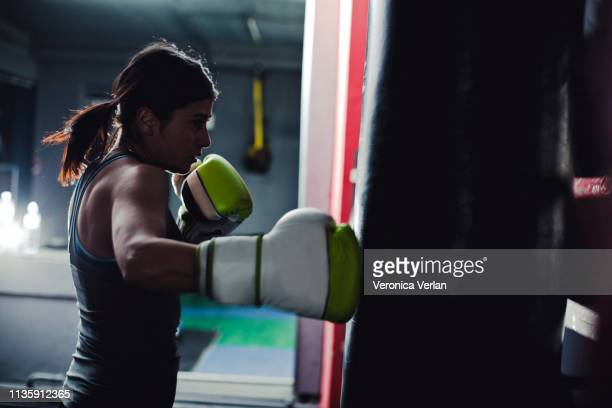 woman boxing in a gym - parte do corpo humano imagens e fotografias de stock