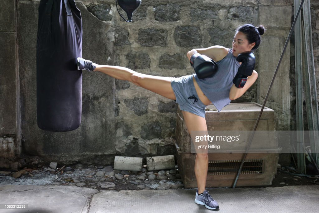 woman boxing in her garage : Stock Photo