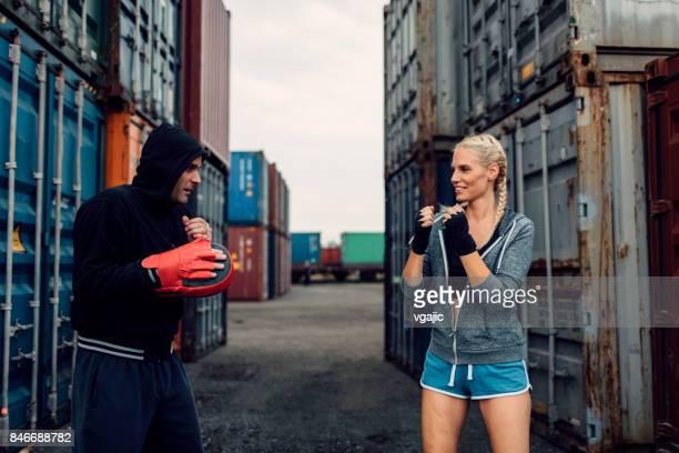 Femme de boxe avec son entraîneur personnel