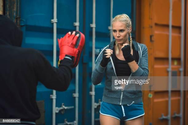 mulher de boxe com seu personal trainer - boxe feminino - fotografias e filmes do acervo