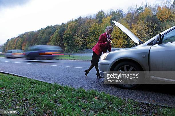 woman broken down at the side of the road - vehicle breakdown stock pictures, royalty-free photos & images