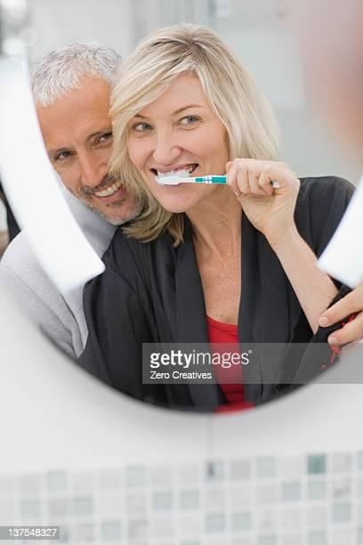 Frau, die Ihre Zähne putzen mit Mann