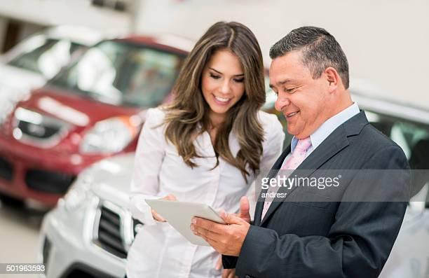Frau, die ein Auto kaufen