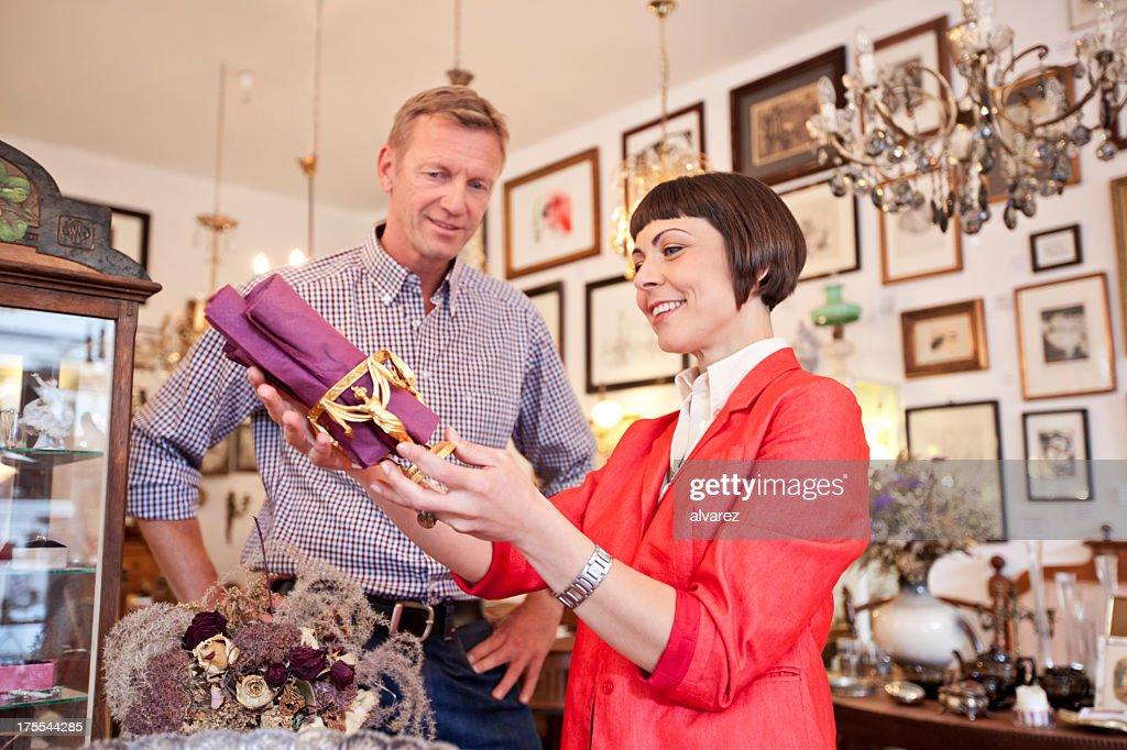 Frau Einkaufen bei einem Antiquitätengeschäft : Stock-Foto