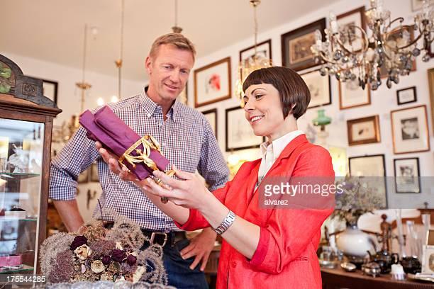 Frau Einkaufen bei einem Antiquitätengeschäft