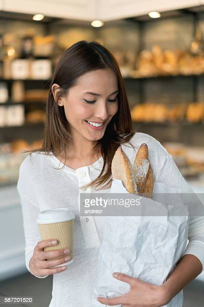 Frau Kauf Brot in der Bäckerei