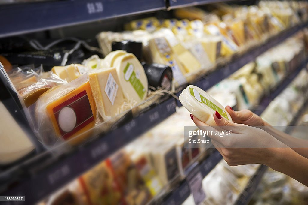 Woman チーズ・ina スーパーマーケット購入 : ストックフォト
