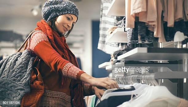 donna comprare vestiti a grandi magazzini. - saldi foto e immagini stock