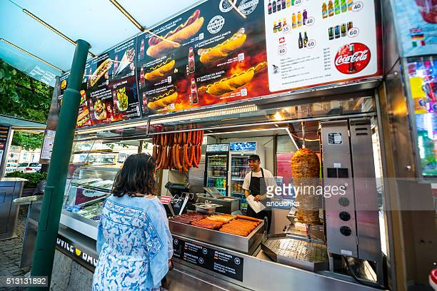 Femme achat de restauration rapide sur la rue de Prague