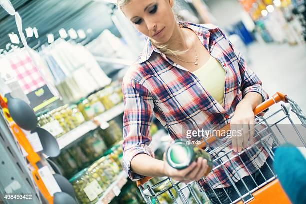 frau einkaufen lebensmittel im supermarkt. - aufwärmen stock-fotos und bilder