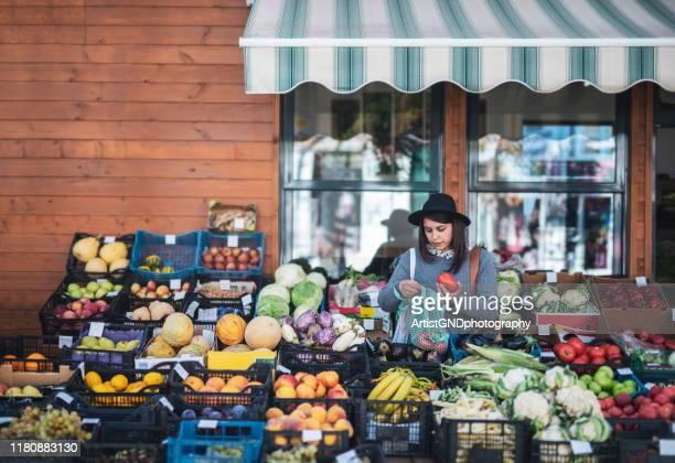 果物や野菜を買う女性 - ファーマーズマーケット ストックフォトと画像