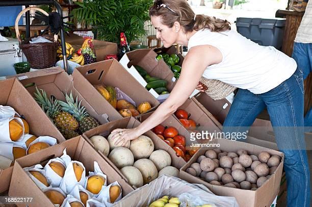 Femme acheter des fruits frais