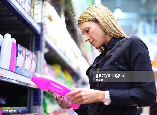 Mujer comprar detergente para la ropa.