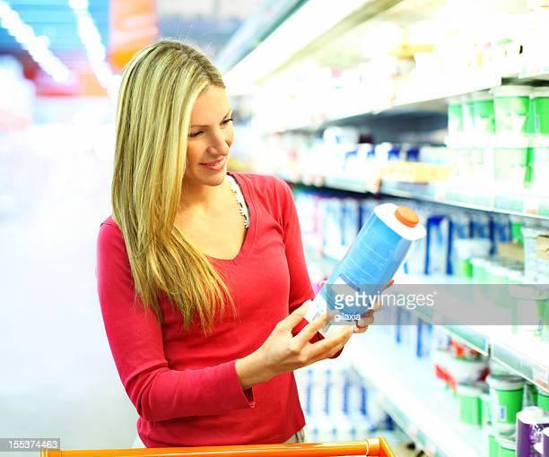 Frau Kauf von Milch in Supermarkt.