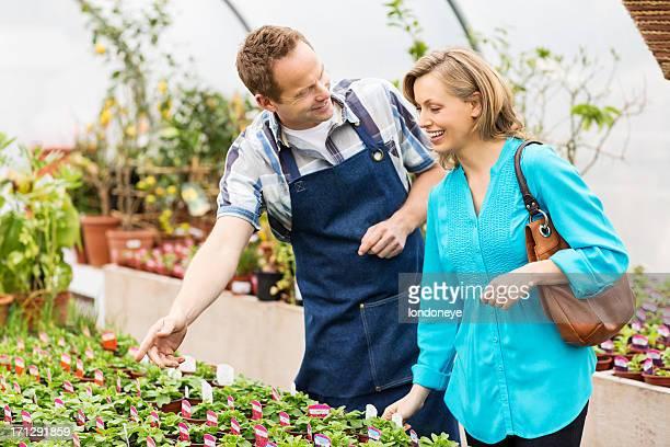 Femme, acheter des plantes en pots au centre du jardin