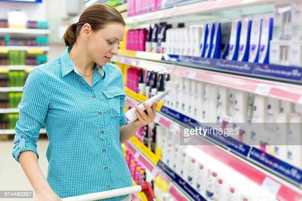 Mulher comprar Champô