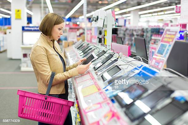 woman buys a digital tablet - electronics store stockfoto's en -beelden