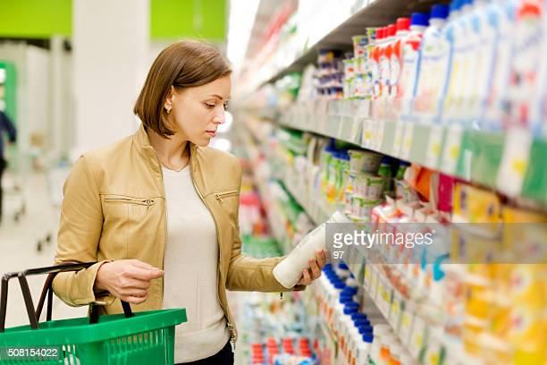 Frau kauft einen Milch