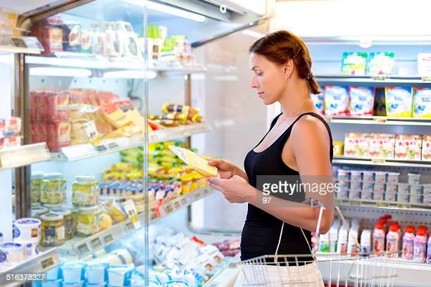 Frau Käse im Supermarkt kauft