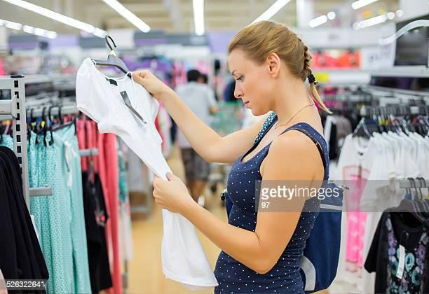Frau kauft Kleidung